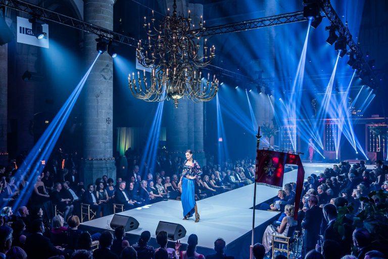 Modeshow tijdens het korewijngala in de Pieterskerk
